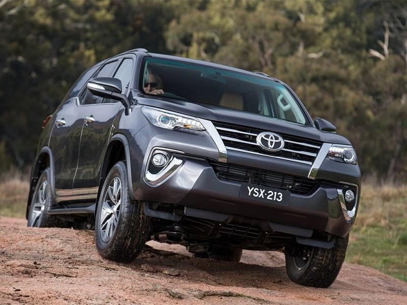 Toyota Fortuner 2016 вид спереди 2