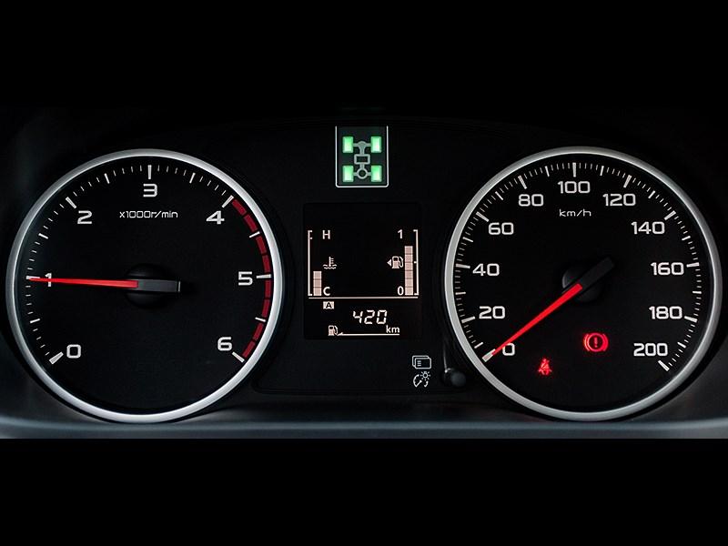 Mitsubishi L200 2015 приборная панель
