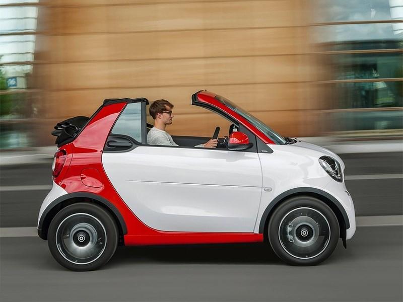 Smart ForTwo Cabrio 2016 сбоку с открытым верхом