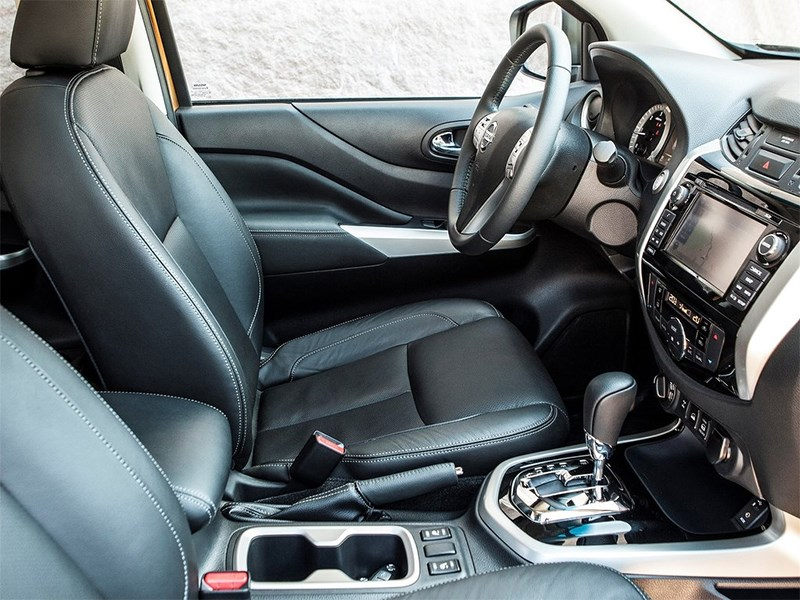 Nissan NP300 Navara 2016 передние кресла