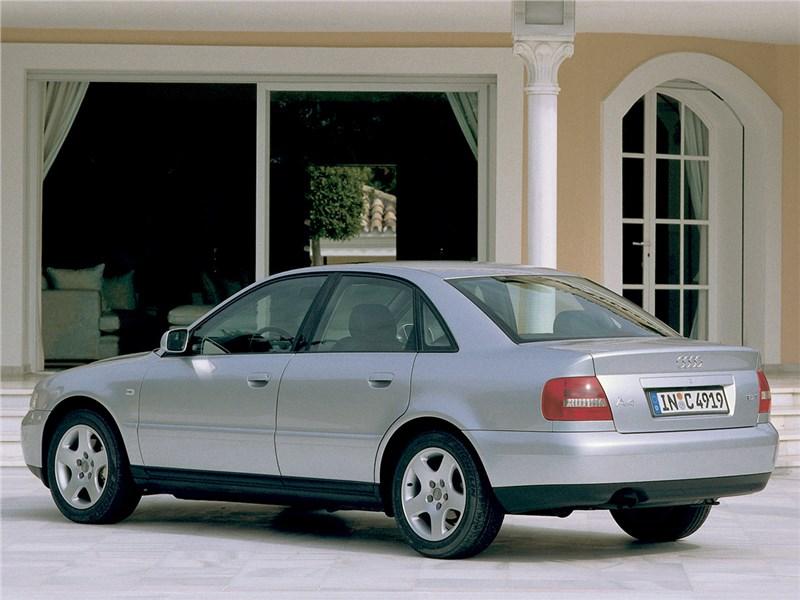 Audi A4 1998 вид сзади