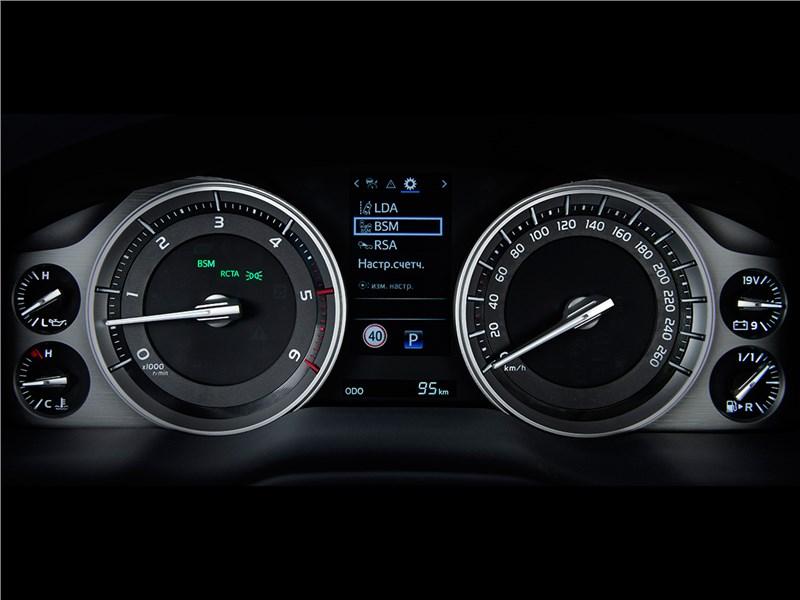 Toyota Land Cruiser 2016 приборная панель