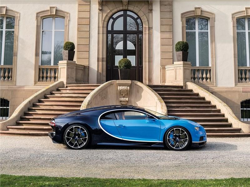 Bugatti Chiron 2017 вид сбоку