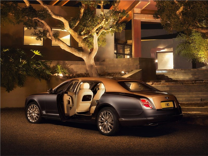 Bentley Mulsanne EWB 2017 вид сзади