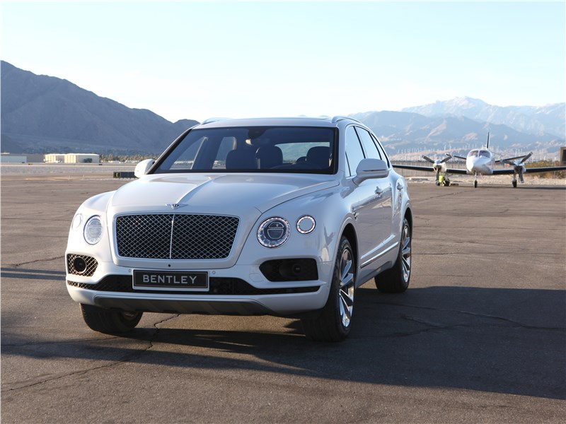Bentley Bentayga 2016 вид спереди