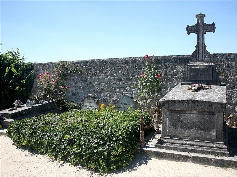 Могилы Винсента Ван Гога и его брата Тео на кладбище Овер-сюр-Уаз покрыты плющом
