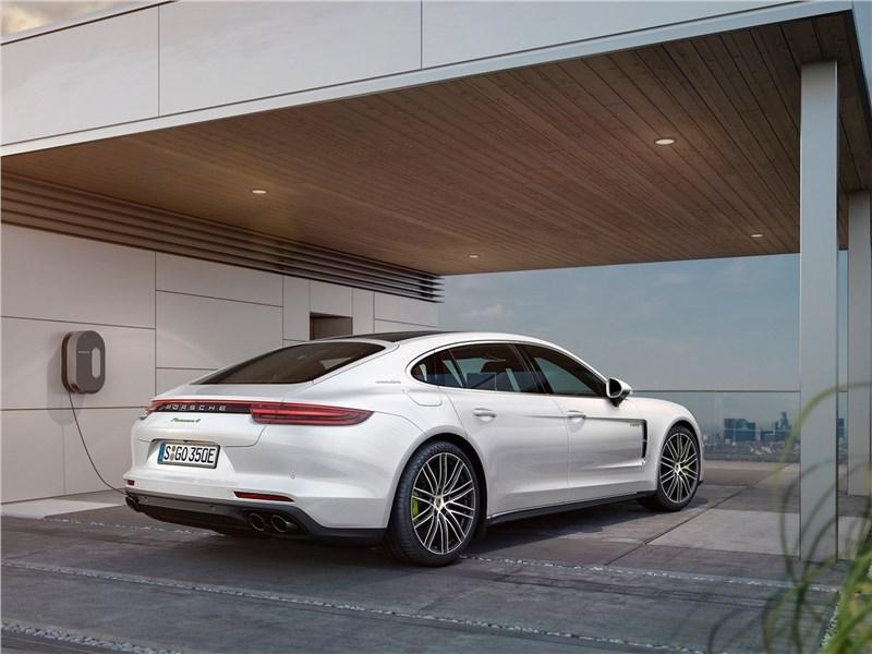 Porsche Panamera Executive 2017 вид сзади