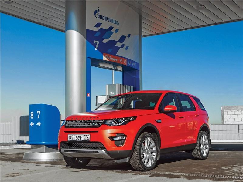 Land Rover Discovery Sport 2015 на заправке
