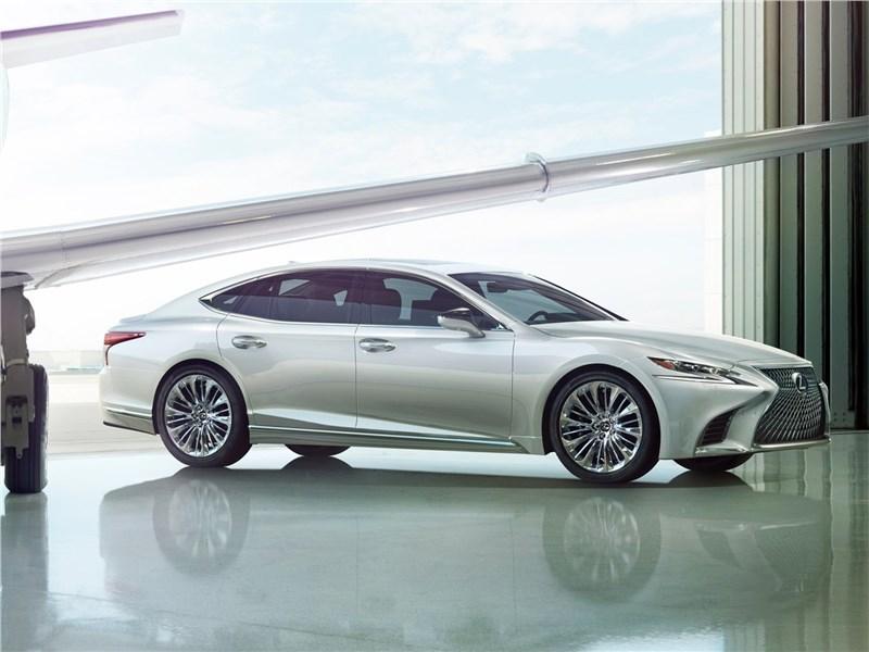 Lexus LS500 2017 вид сбоку