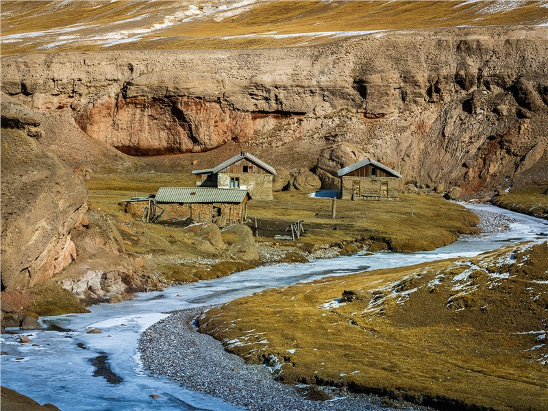 В этих домиках живут пастухи в горных районах Киргизии. На зиму их оставляют и спускаются вниз, где теплее