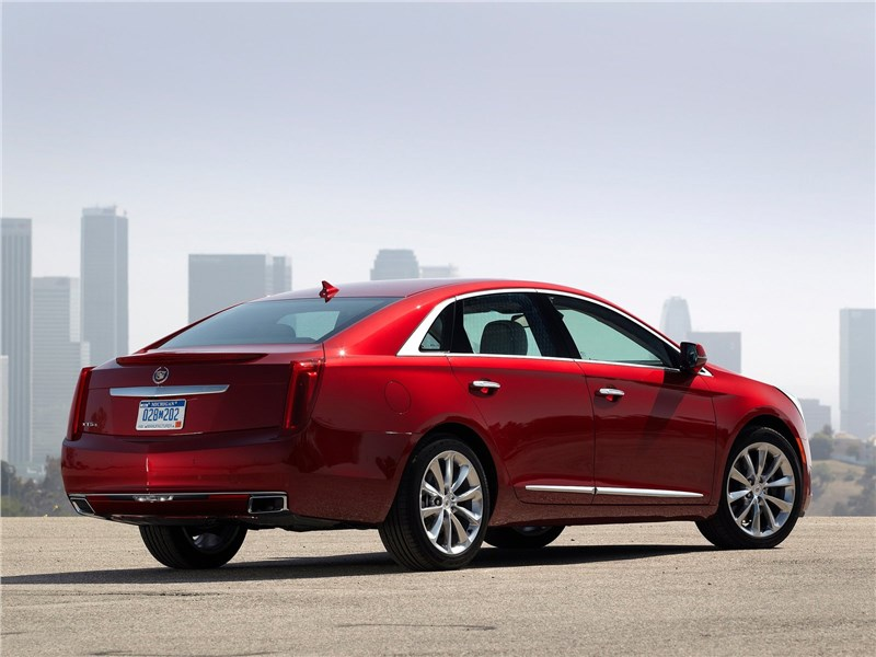 Cadillac XTS 2013 вид сбоку сзади