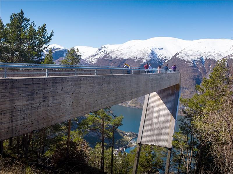 С обзорной площадки Стегастейн можно взглянуть на самый длинный фьорд страны с 650-метровой высоты