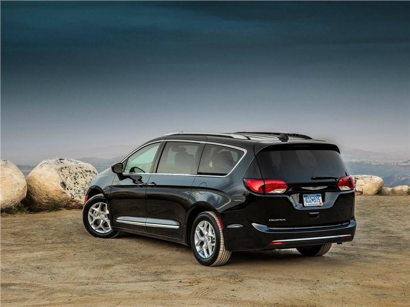 Chrysler Pacifica 2017 вид сбоку сзади
