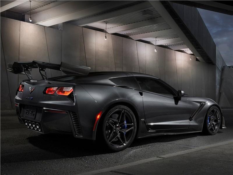 Chevrolet Corvette ZR1 2019 вид сзади сбоку