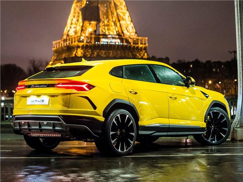 Lamborghini Urus 2019 вид сбоку сзади
