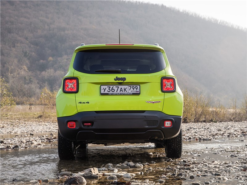 Jeep Renegade Trailhawk 2015 вид сзади