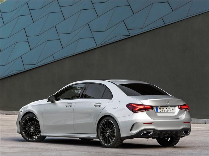 Mercedes-Benz A-Class 2019 вид сзади сбоку