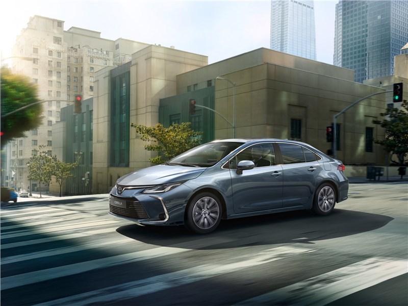 Toyota Corolla 2019 вид спереди сбоку