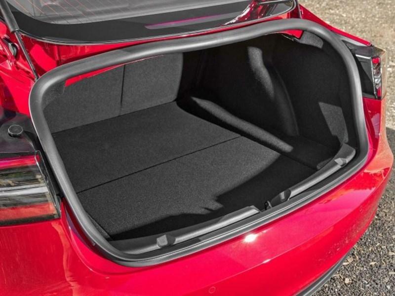 Владельцы Tesla Model 3 страдают от конструктивных особенностей
