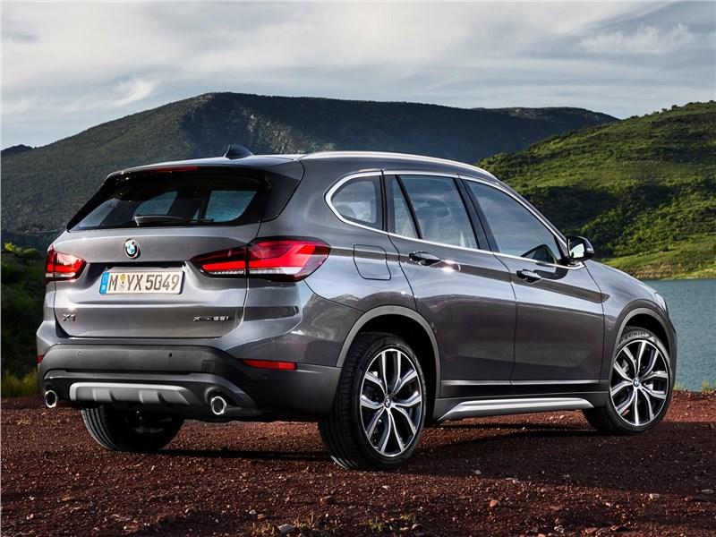 BMW X1 2020 вид сзади сбоку