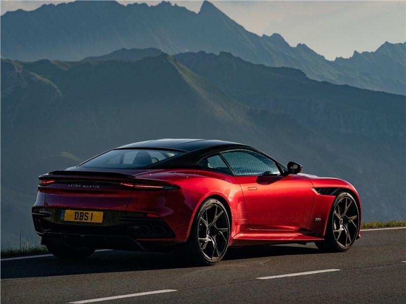 Aston Martin DBS 2019 вид сзади