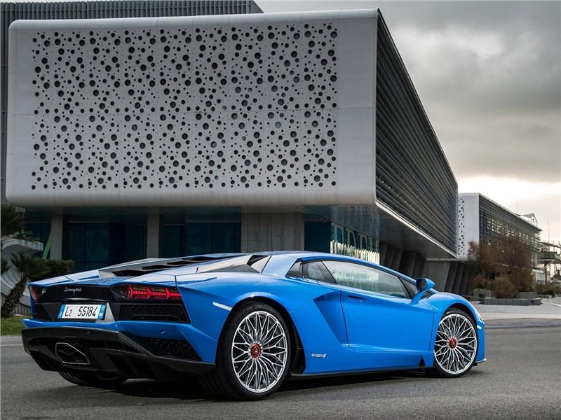 Lamborghini Aventador S 2017 вид сзади