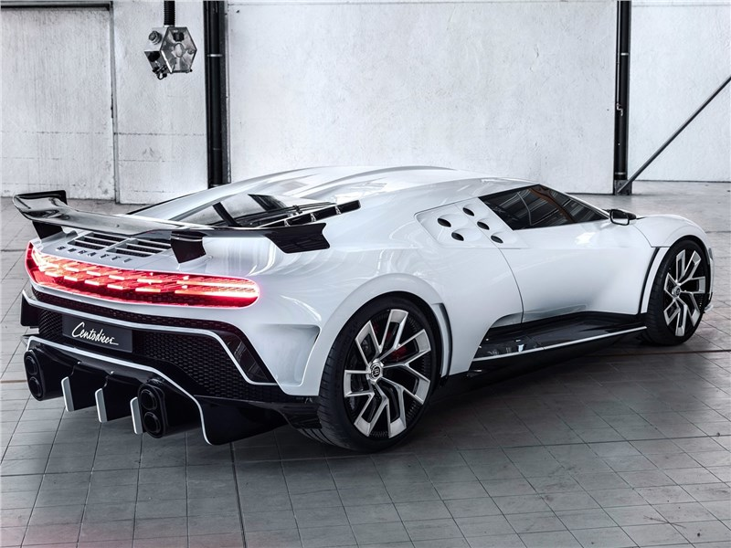 Bugatti Centodieci 2020 вид сзади сбоку