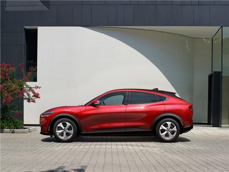 Ford Mustang Mach-E 2021 вид сбоку