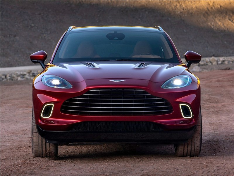 Aston Martin DBX 2021 вид спереди