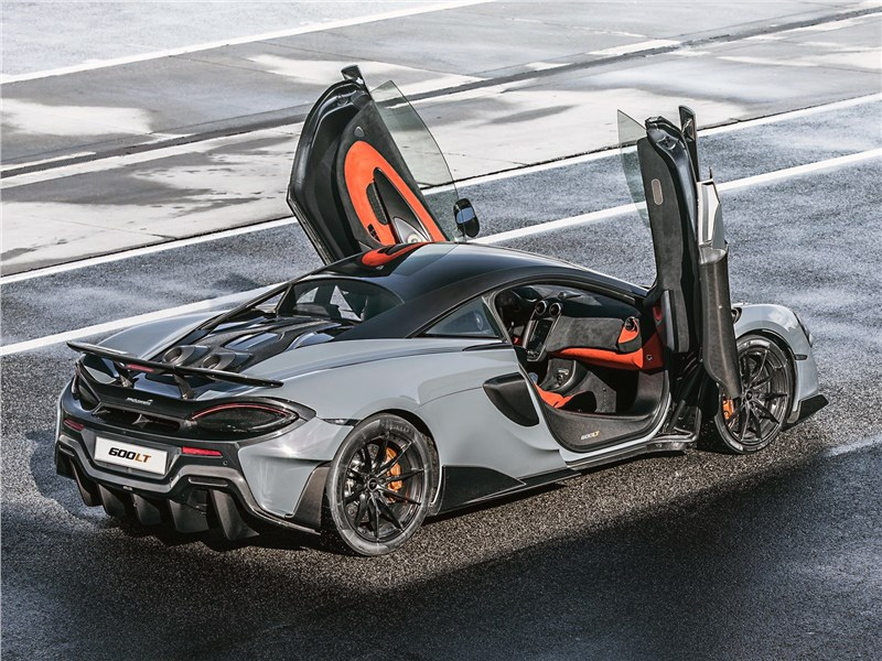 McLaren 600LT 2019 вид сбоку сзади