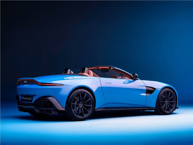 Aston Martin Vantage Roadster 2021 вид сзади