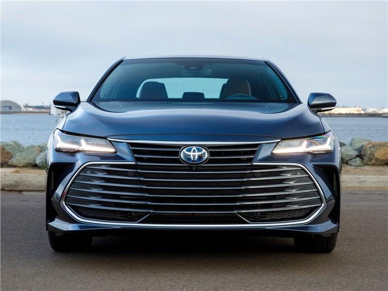 Toyota Avalon (2019) вид спереди