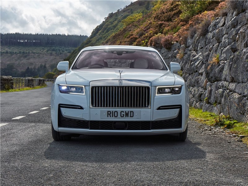 Rolls-Royce Ghost (2021) вид спереди