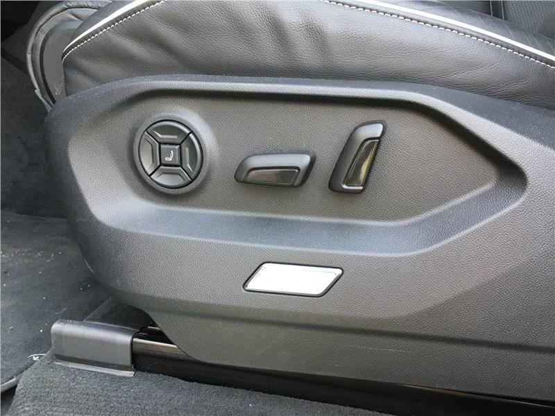 Volkswagen Touareg R-Line (2021) кресло водителя