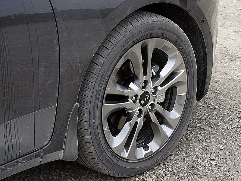 Kia cee'd 2012 хэтчбек дорогие версии автомобиля комплектуются 17-дюймовыми колесами