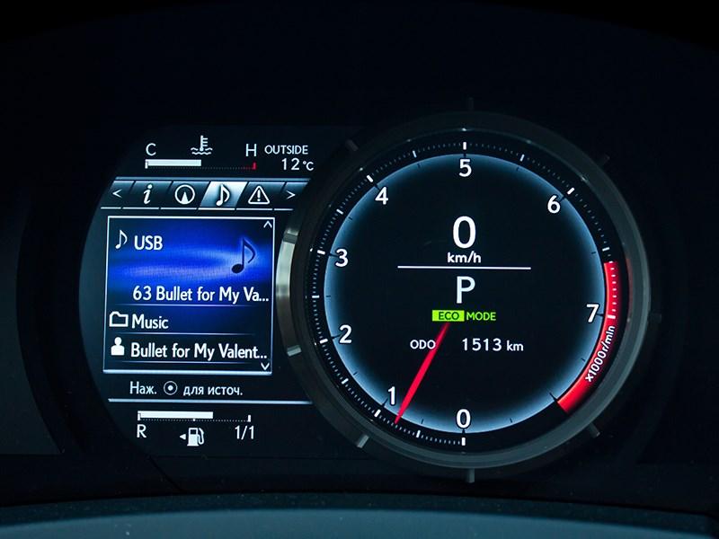 Lexus IS FS 2013 приборная панель и жк-дисплей