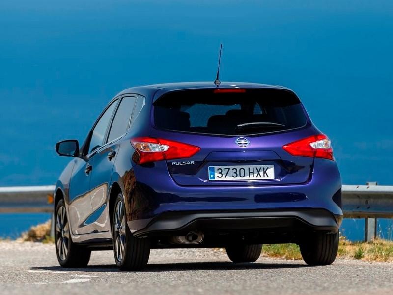Nissan Pulsar 2015 вид сзади синий
