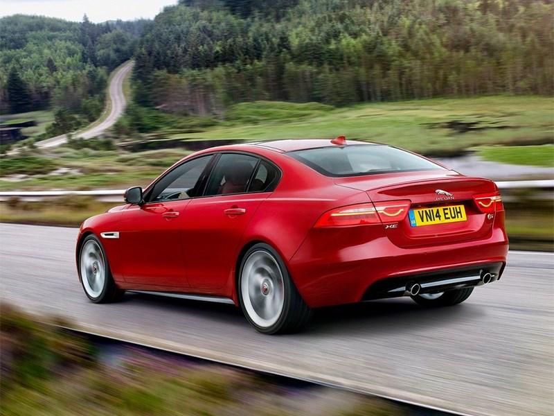 Jaguar XE 2015 вид сзади