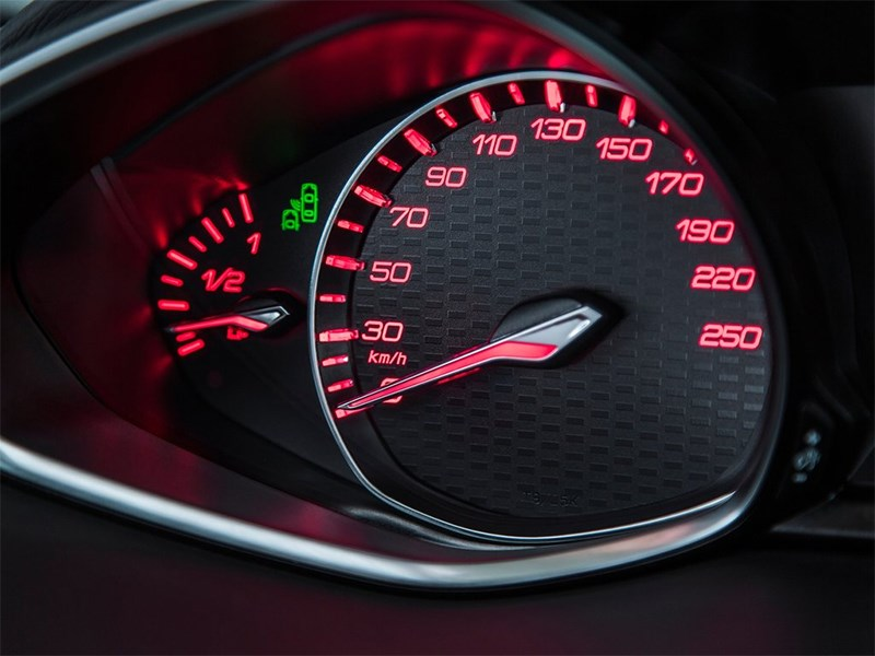 Peugeot 308 GTi 2015 приборная панель (левая часть)