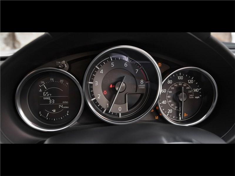 Mazda MX-5 Club Edition 2016 приборная панель