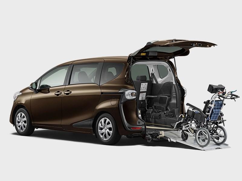 Toyota Sienta 2015 вид сзади 2