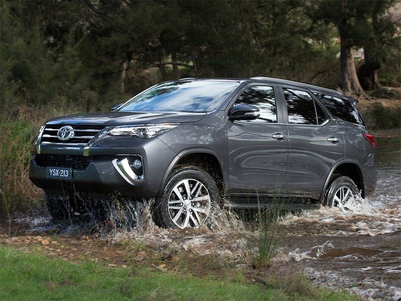 Toyota Fortuner 2016 вид сбоку 2