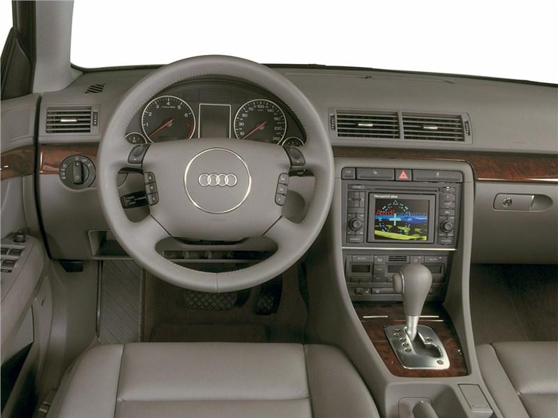 Audi A4 2000 водительское место