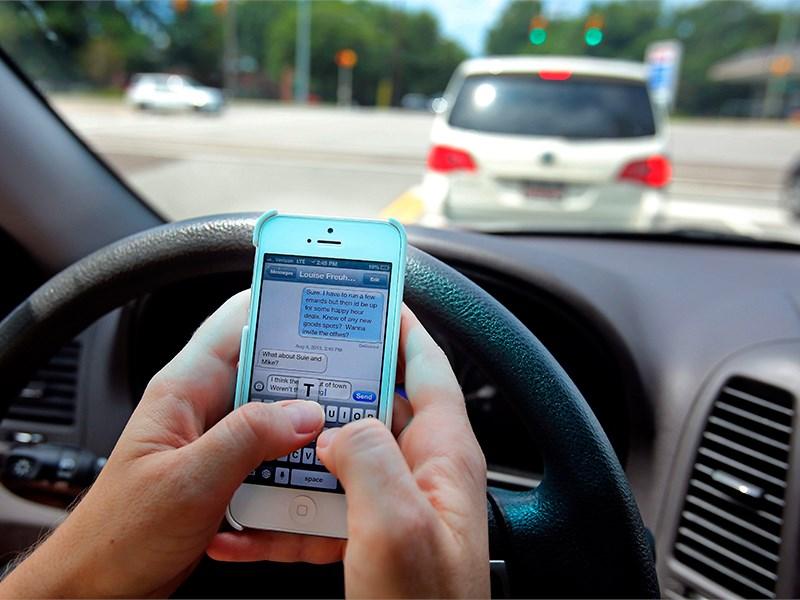 В Госдуме хотят ужесточить запрет на использование мобильных телефонов за рулем