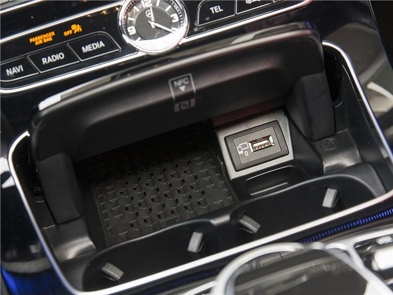 Mercedes-Benz E-Klasse 2017 зарядка для смартфонов