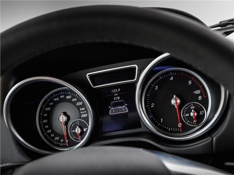 Mercedes-Benz G350d Professional 2017 приборная панель