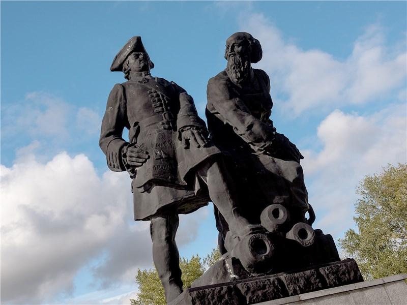 Петр I и Акинфий Демидов с первыми образцами продукции уральских заводов