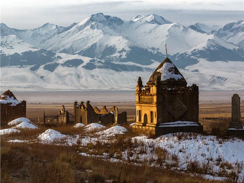 Полуразрушенные строения повсюду встречаются в Киргизии, особенно в приграничных районах