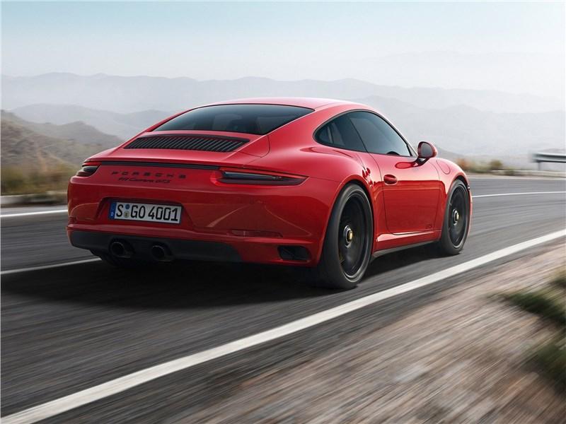 Porsche 911 GTS 2018 вид сзади