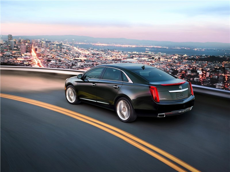 Cadillac XTS 2013 вид сзади